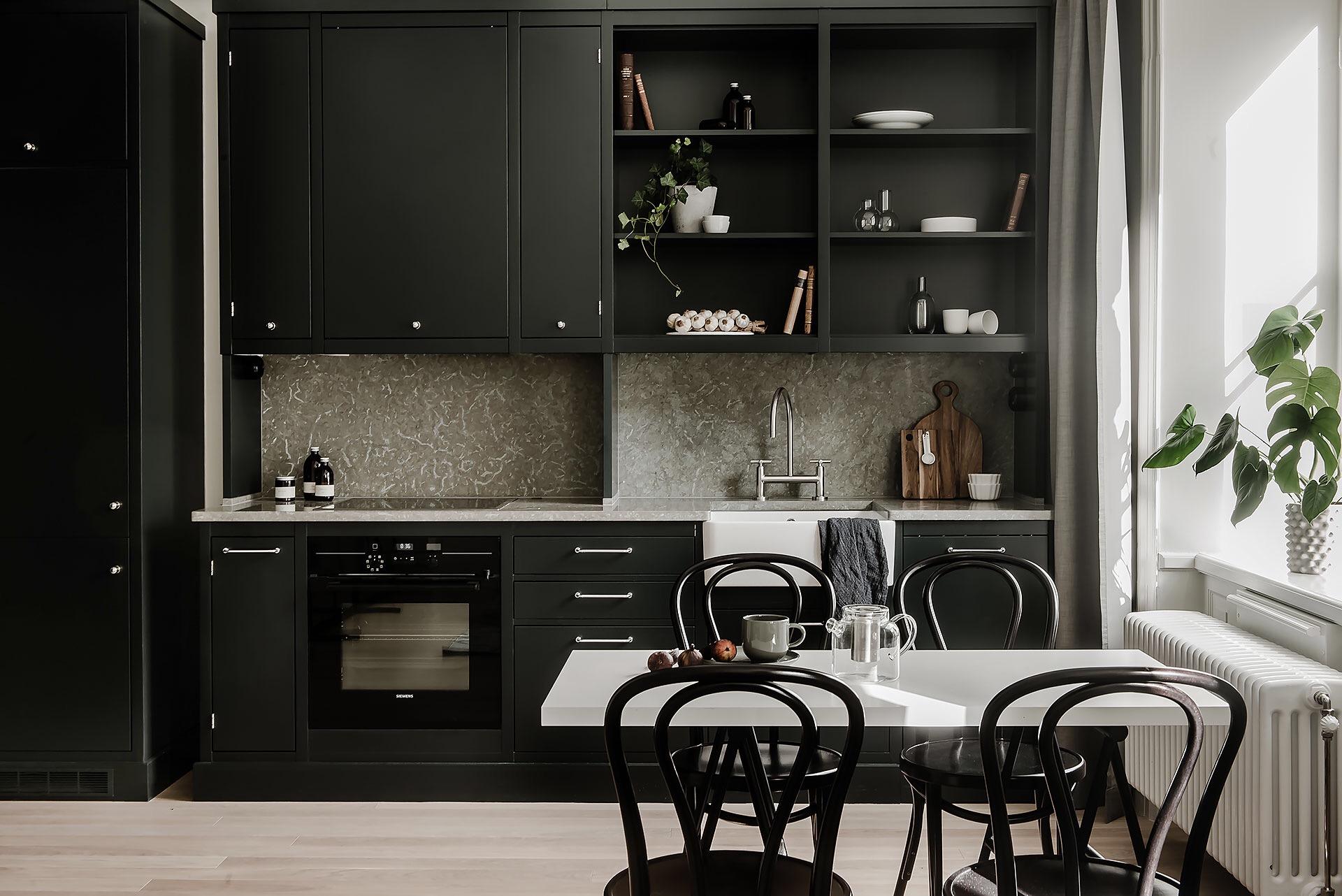 кухня темные фасады светлый пол потолок своды открытые полки встроенная вытяжка плита стол стулья