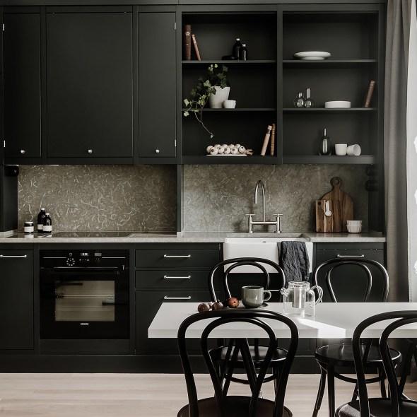 кухня темные фасады светлый пол открытые полки встроенная вытяжка плита стол стулья