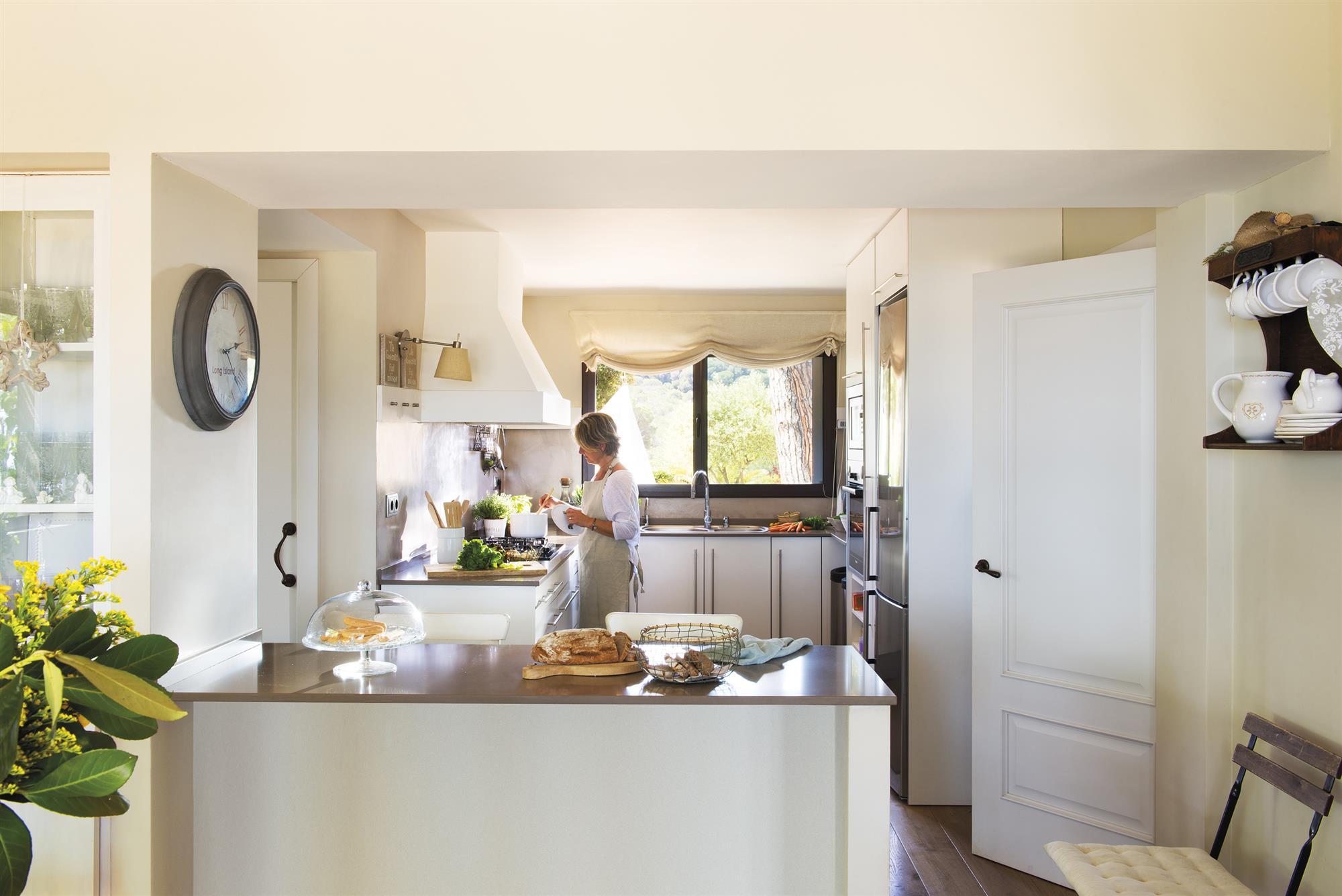 кухня кухонный остров белые фасады окно римские шторы