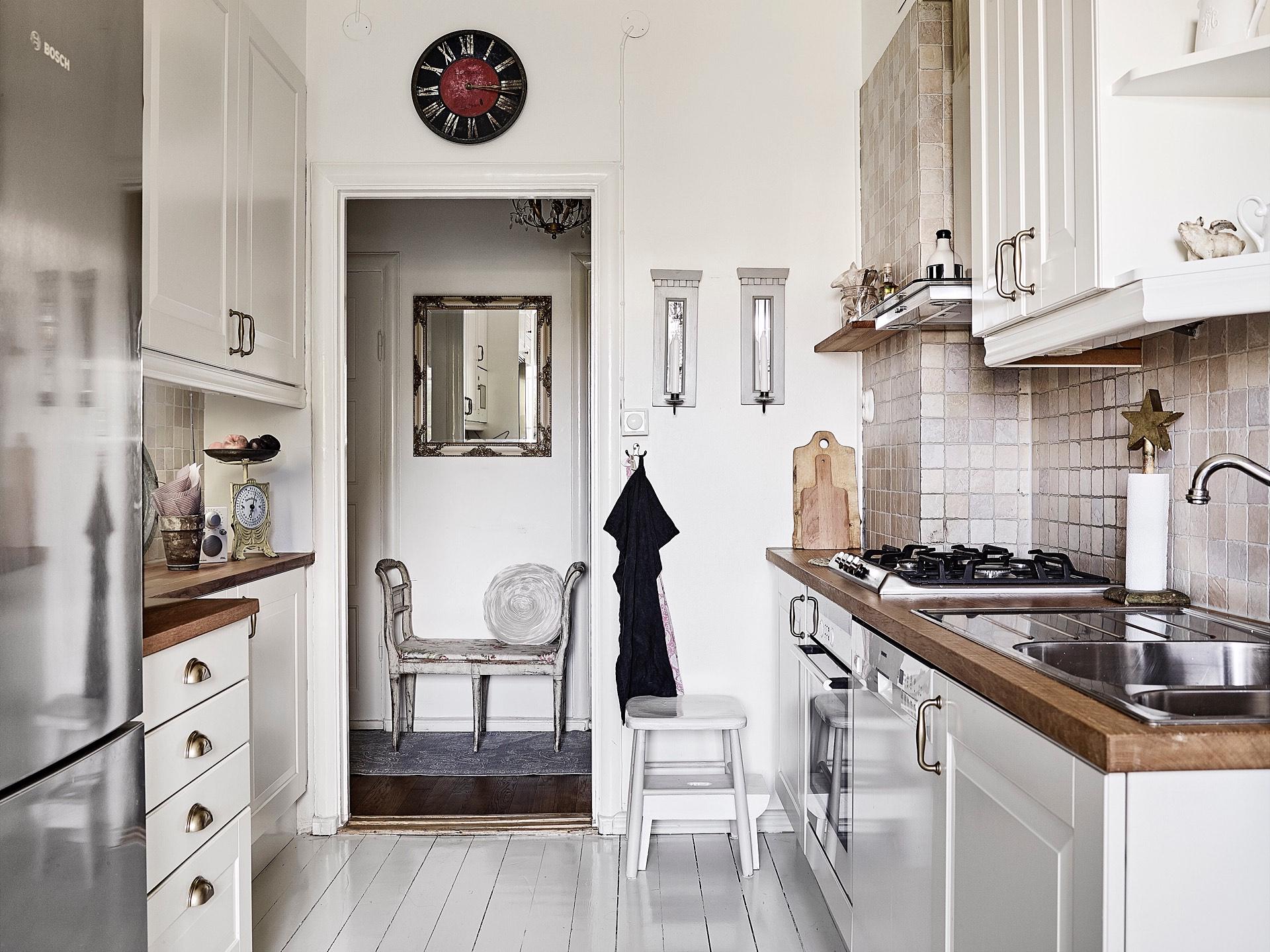 кухня белые стены белые фасады деревянная столешница