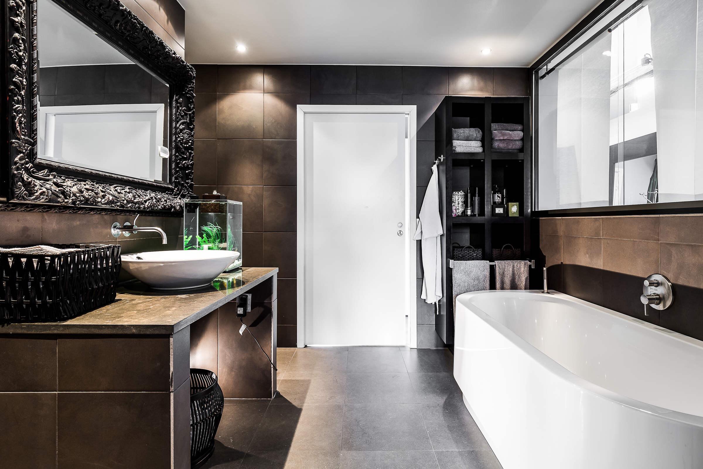 ванная комната ванна столешница бетон раковина