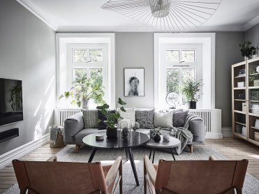гостиная окна диван столик кресла деревянный пол