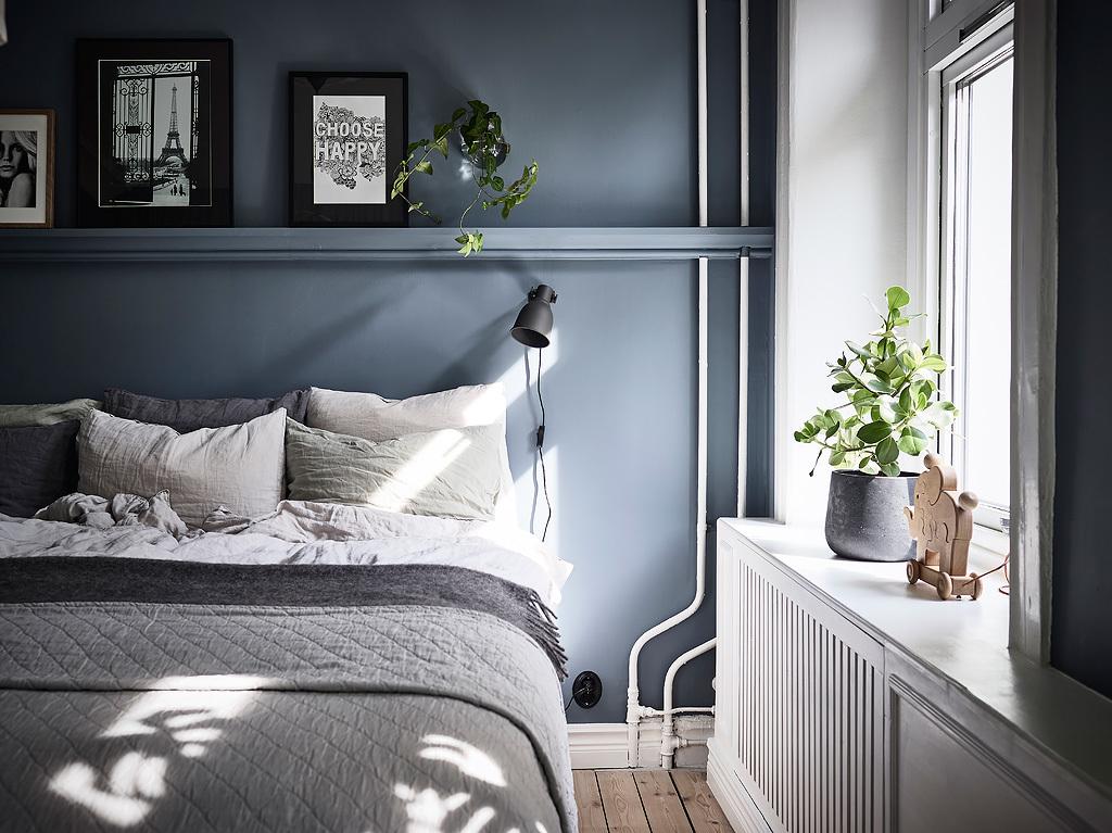 спальня кровать изголовье окно подоконник эсмеситель радиатора отопления