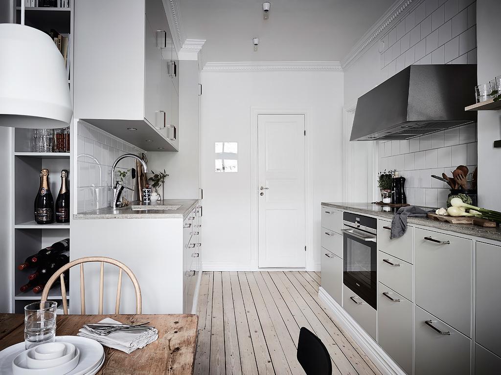 кухня серые фасады белые стены квадратная белая плитка деревянный пол