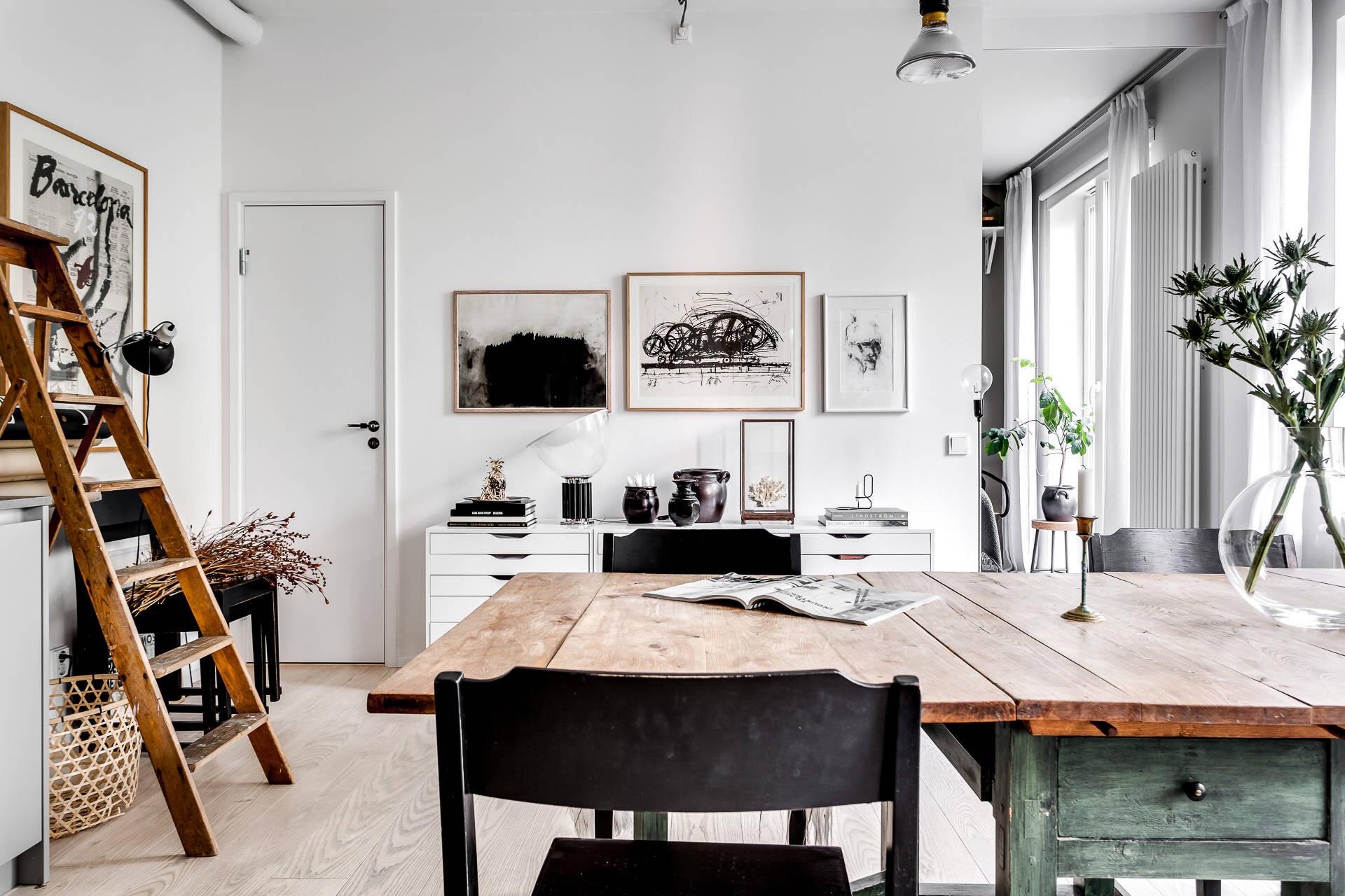 обеденный стол стулья белые стены деревянный пол кухня