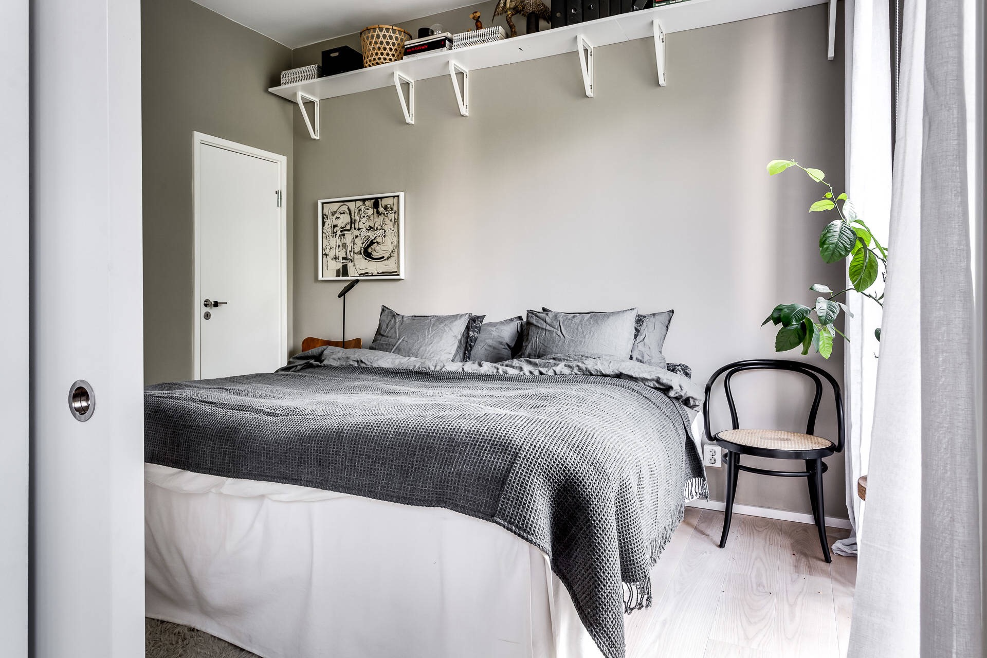 спальня кровать полки
