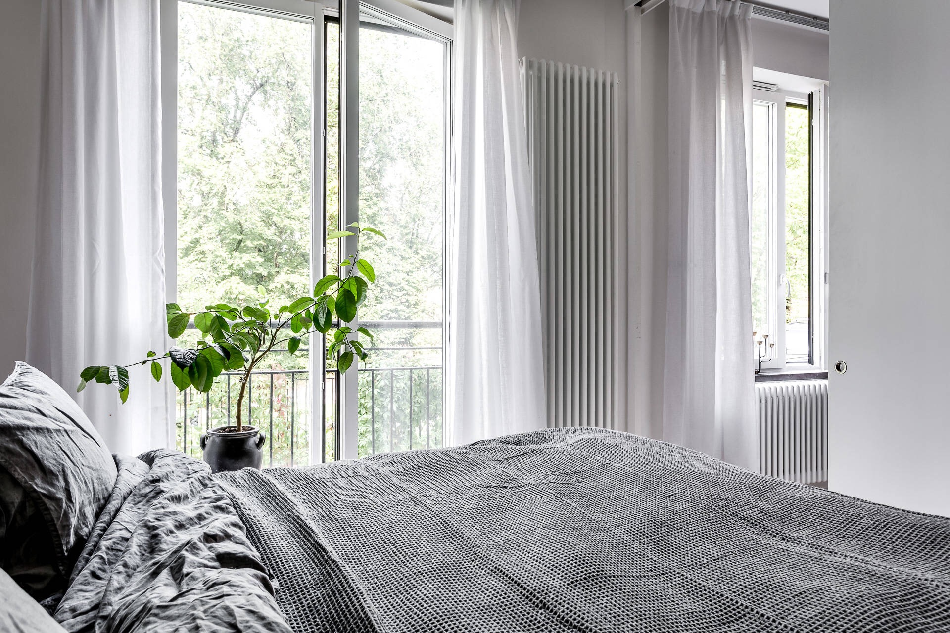 спальня кровать французские окна