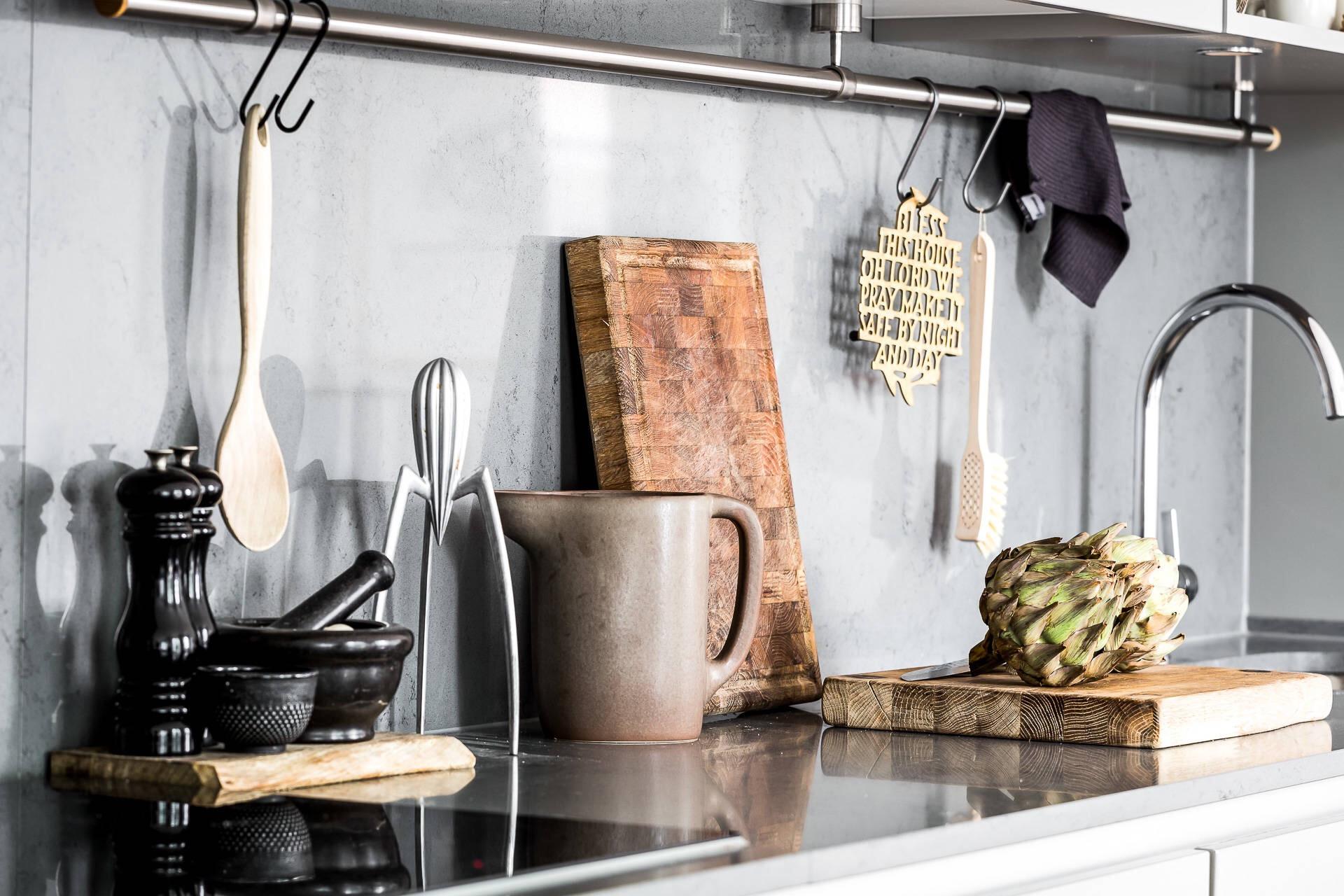 кухня столешница фартук серые фасады кухонные аксессуары