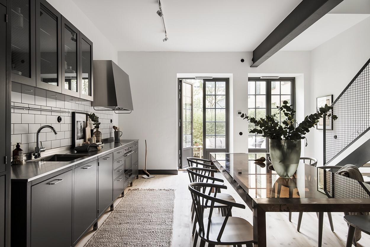 кухня темные фасады белые стены деревянный сосновый пол
