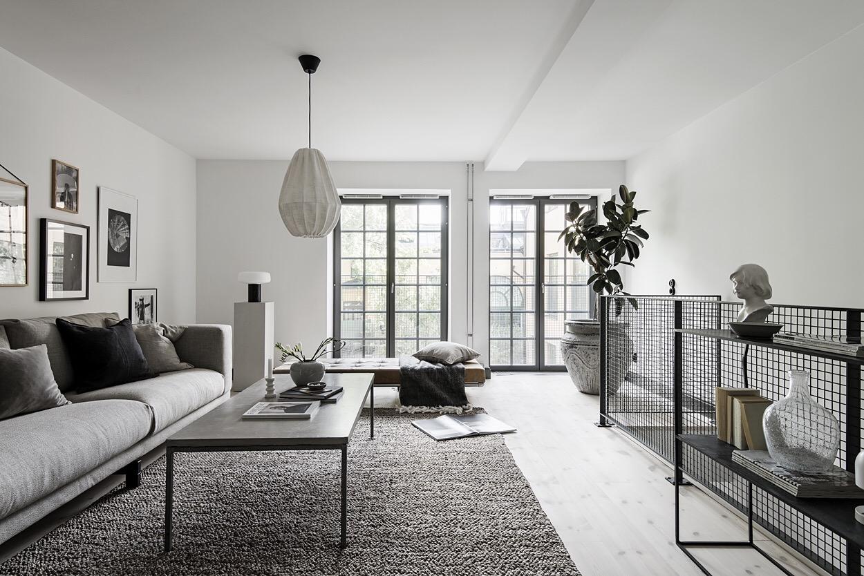 гостиная французские окна лестница столик ковер комнатное дерево