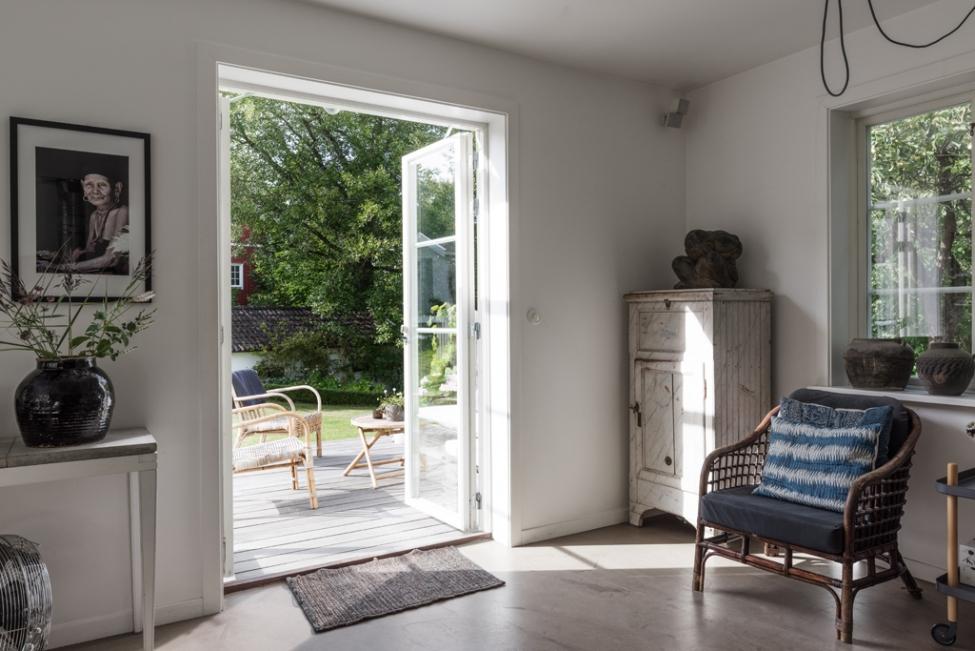гостиная французские двери комод