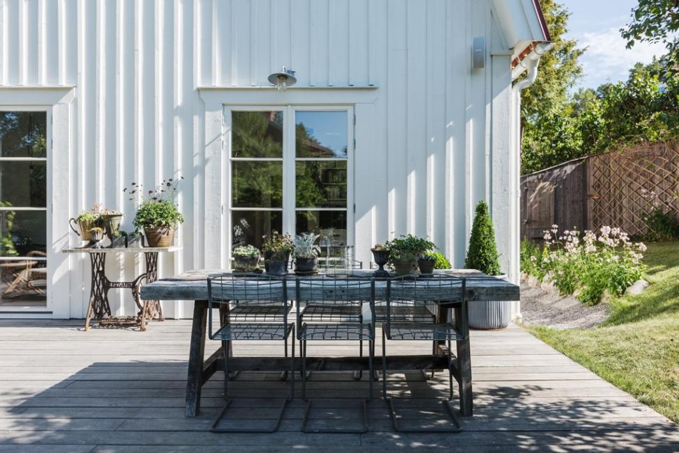 дом терраса уличная садовая мебель растения кашпо