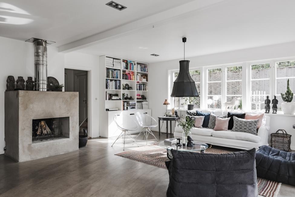 гостиная книжный шкаф белые стены светлый пол камин