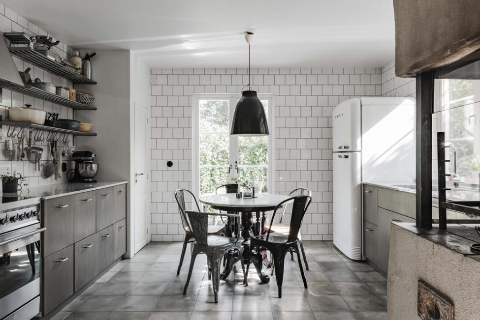 кухня стол для завтраков стулья tolix стены плитка кухонная мебель белый холодильник