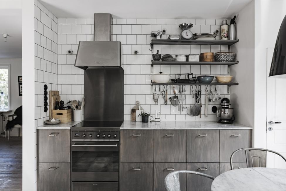 кухонная мебель серо-коричневые фасады плита вытяжка купол кухонные полки посуда