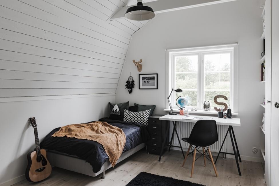 спальня кровать стол окно