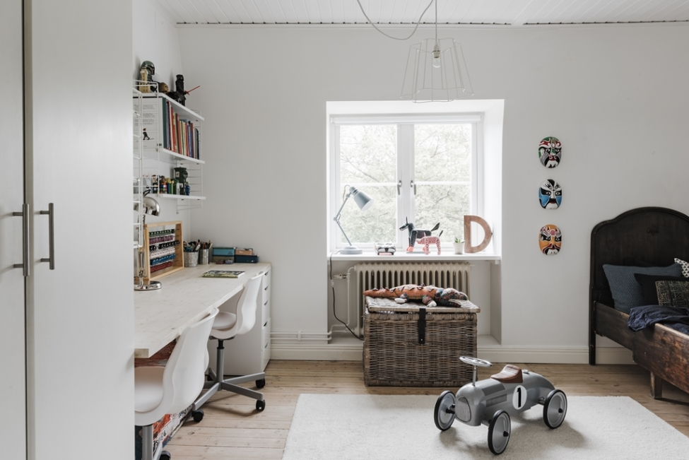 детская комната стол полки сундук окно