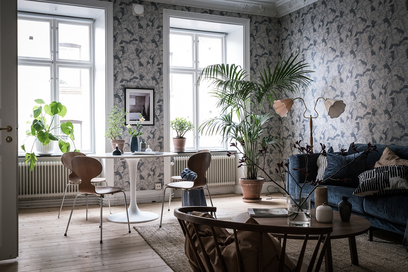 гостиная окно комнатное дерево столик диван