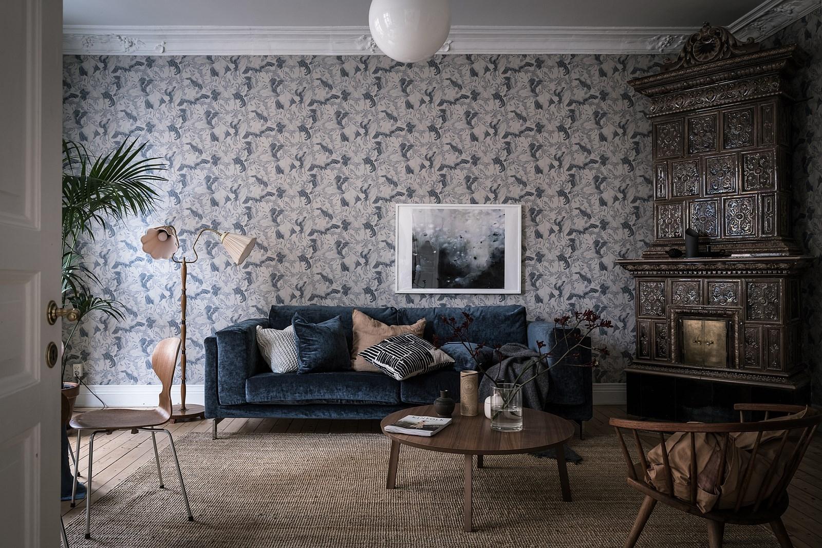 гостиная синий диван подушки журнальный столик