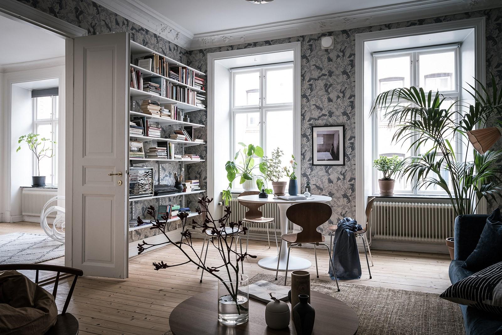 гостиная книжный стеллаж