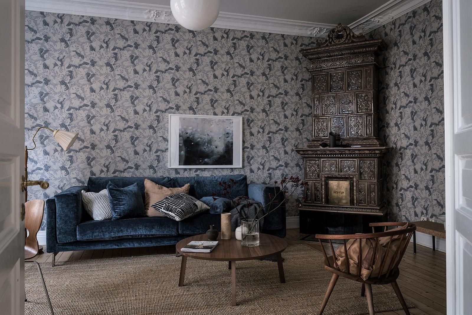 гостиная обои потолочный карниз лепнина израсцовая скандинавская печь