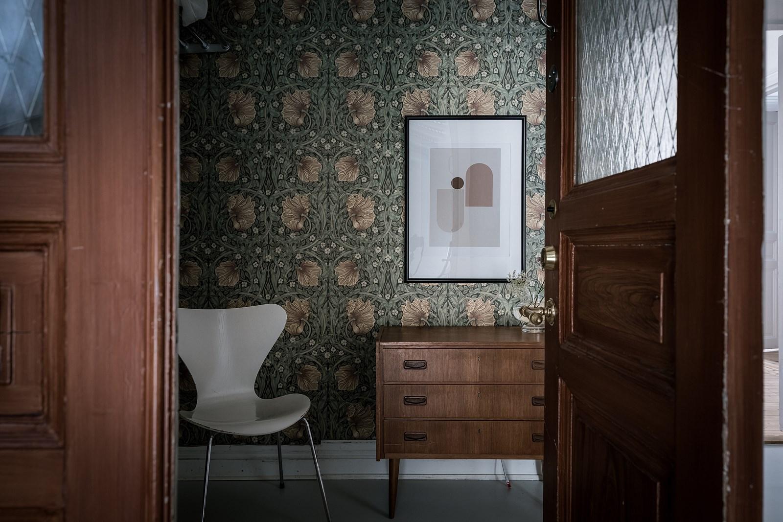 комод картина стул дверь