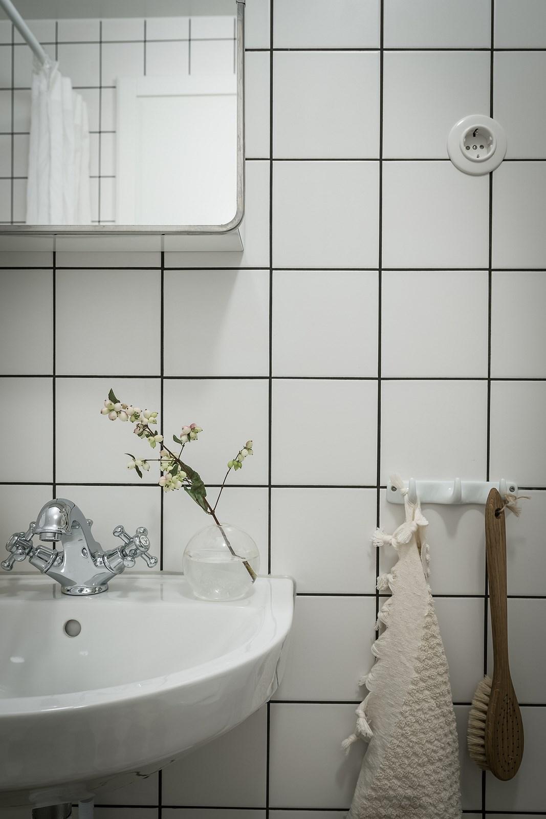 санузел раковина смеситель белая квадратная плитка