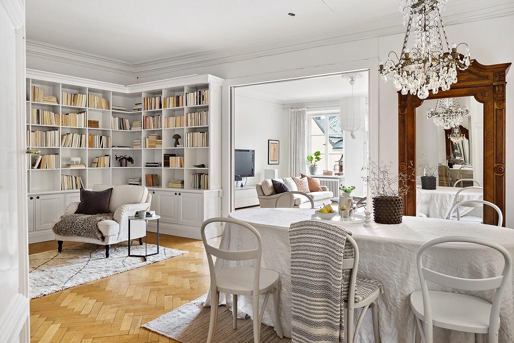обеденный стол стулья скатерть книжный шкаф кресло