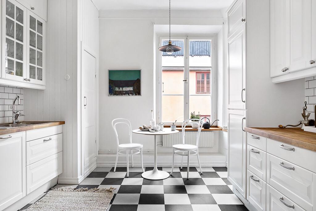 кухня черно-белая плитка стол для завтраков окно