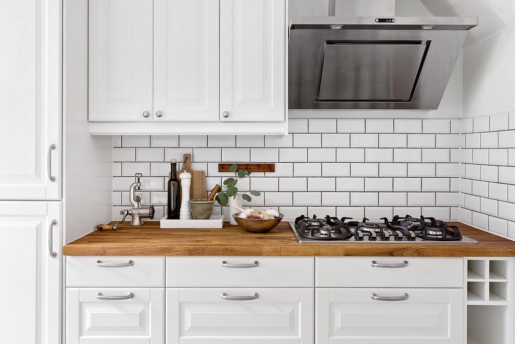 кухонная мебель белые фасады филёнка кабанчик газовая панель вытяжка