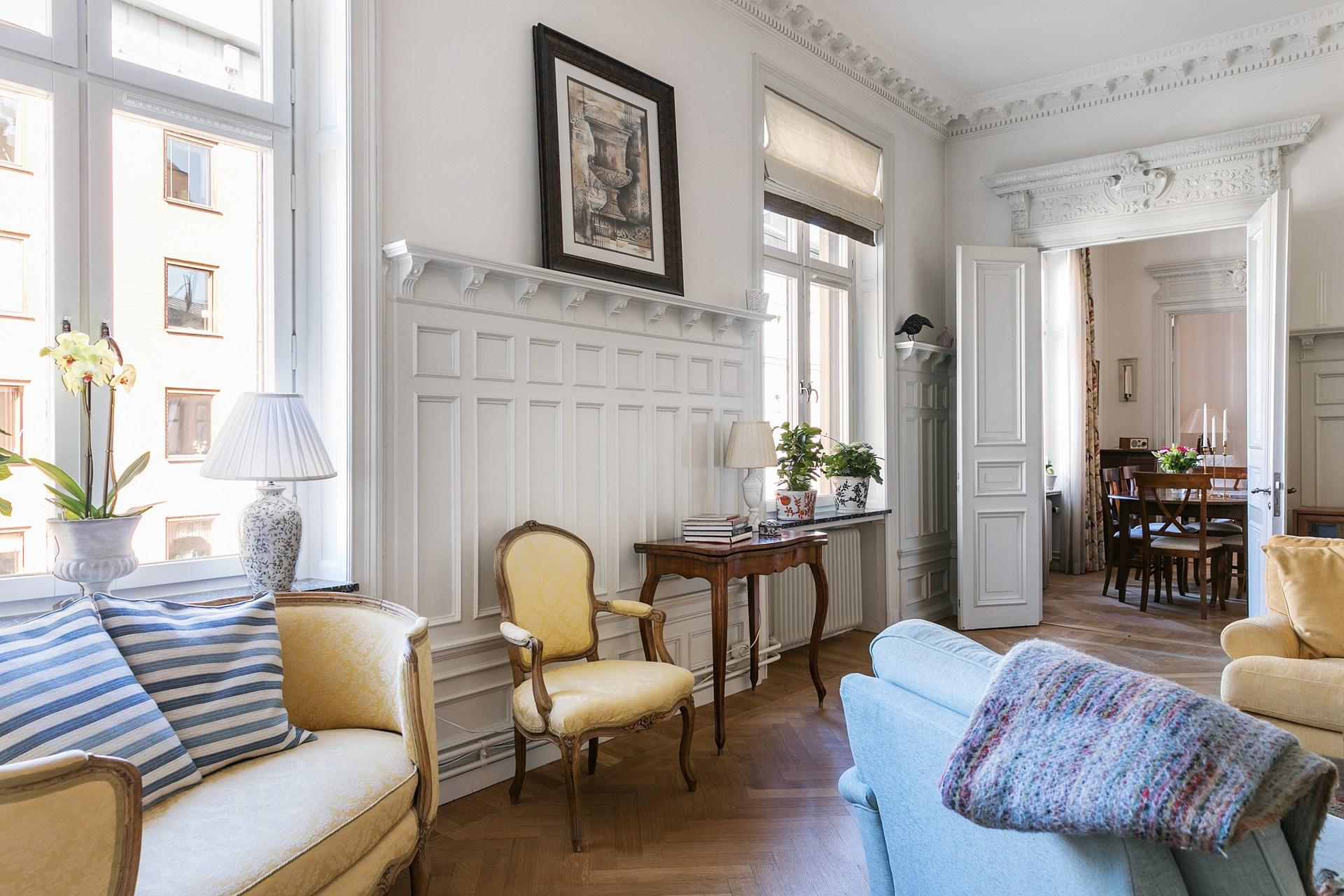 окно наличники стеновые панели лепнина ресло мягкая мебель паркет