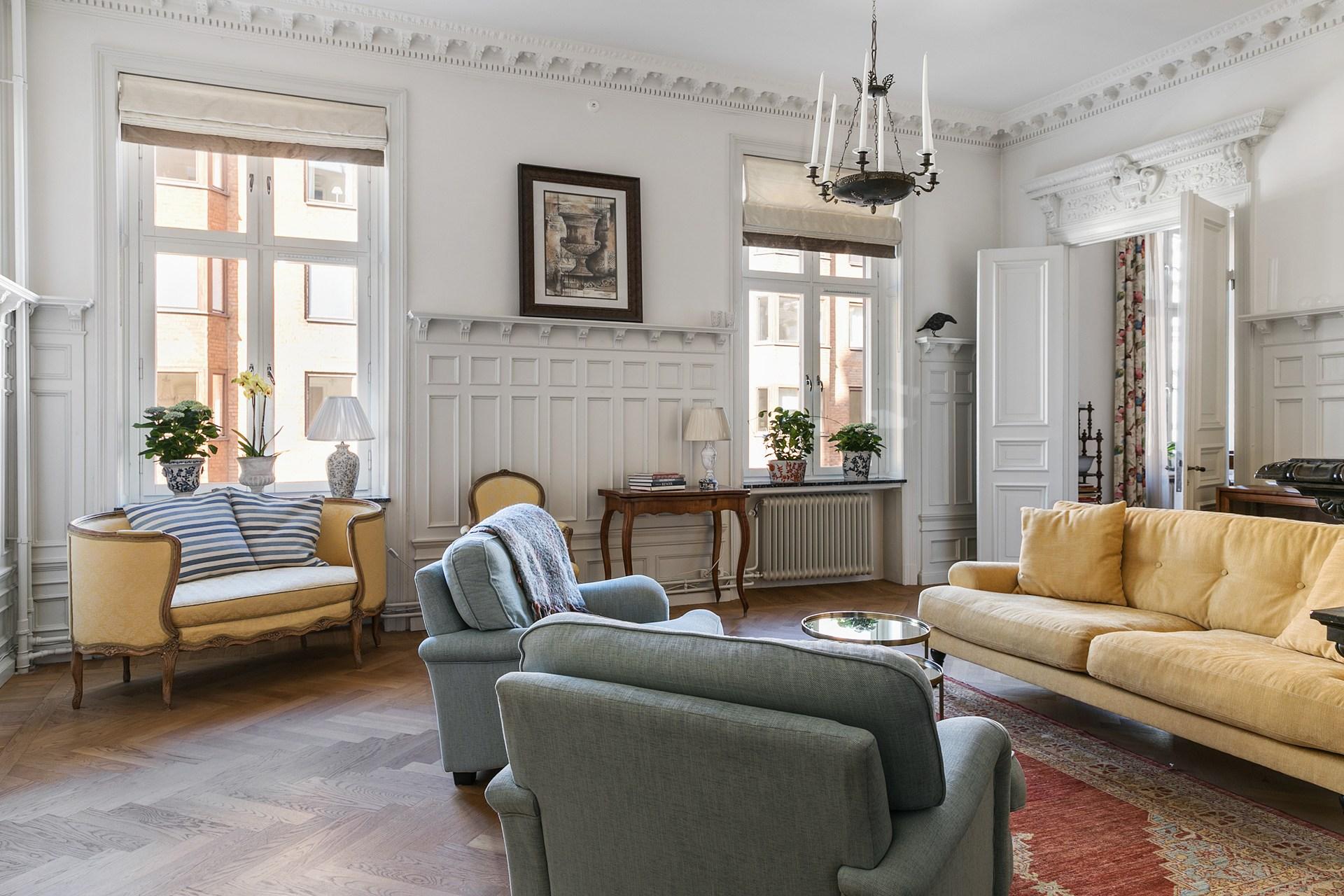 гостиная мягкая мебель паркет лепнина