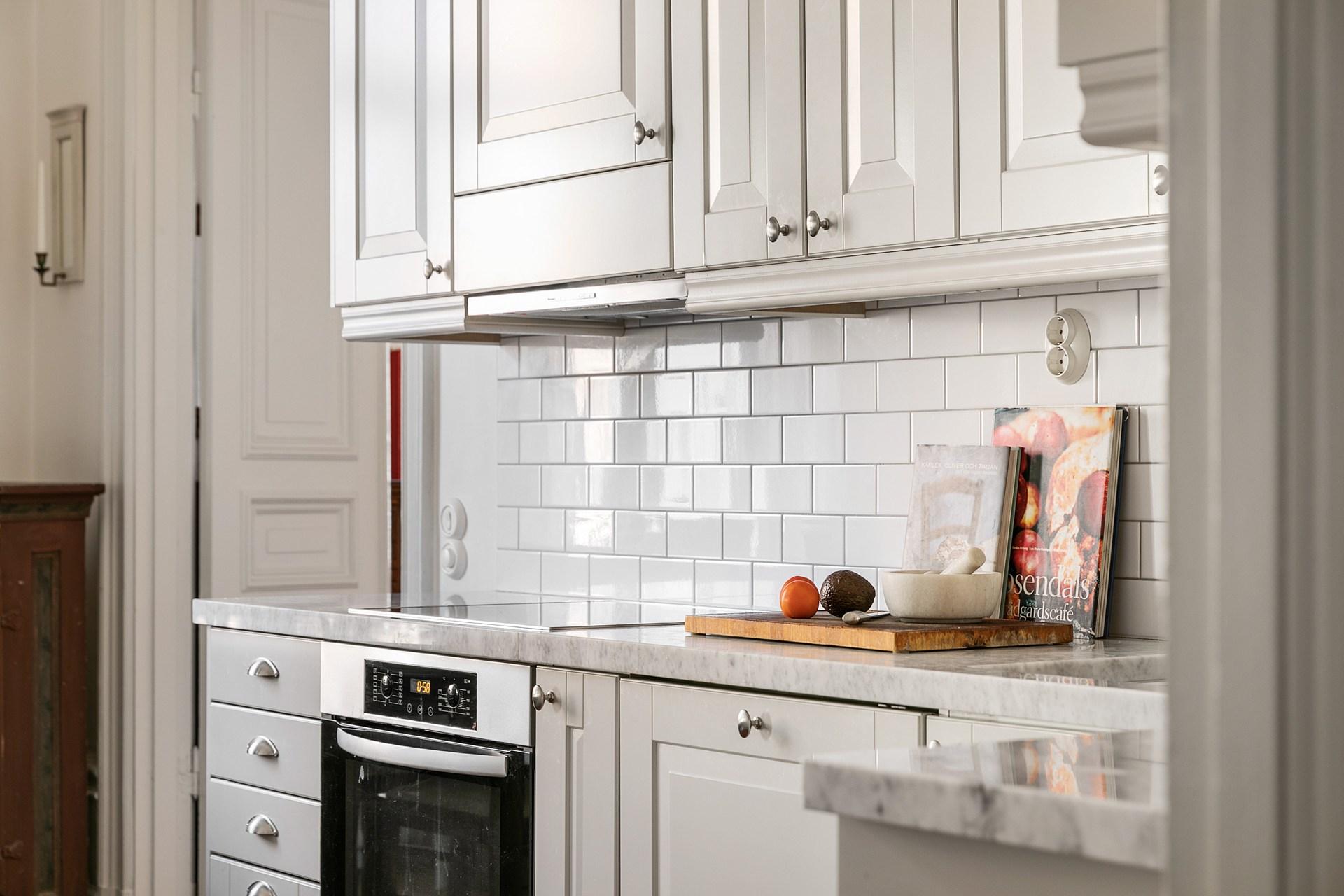 кухонная мебель фасады белая плитка духовка варочная панель встроенная вытяжка