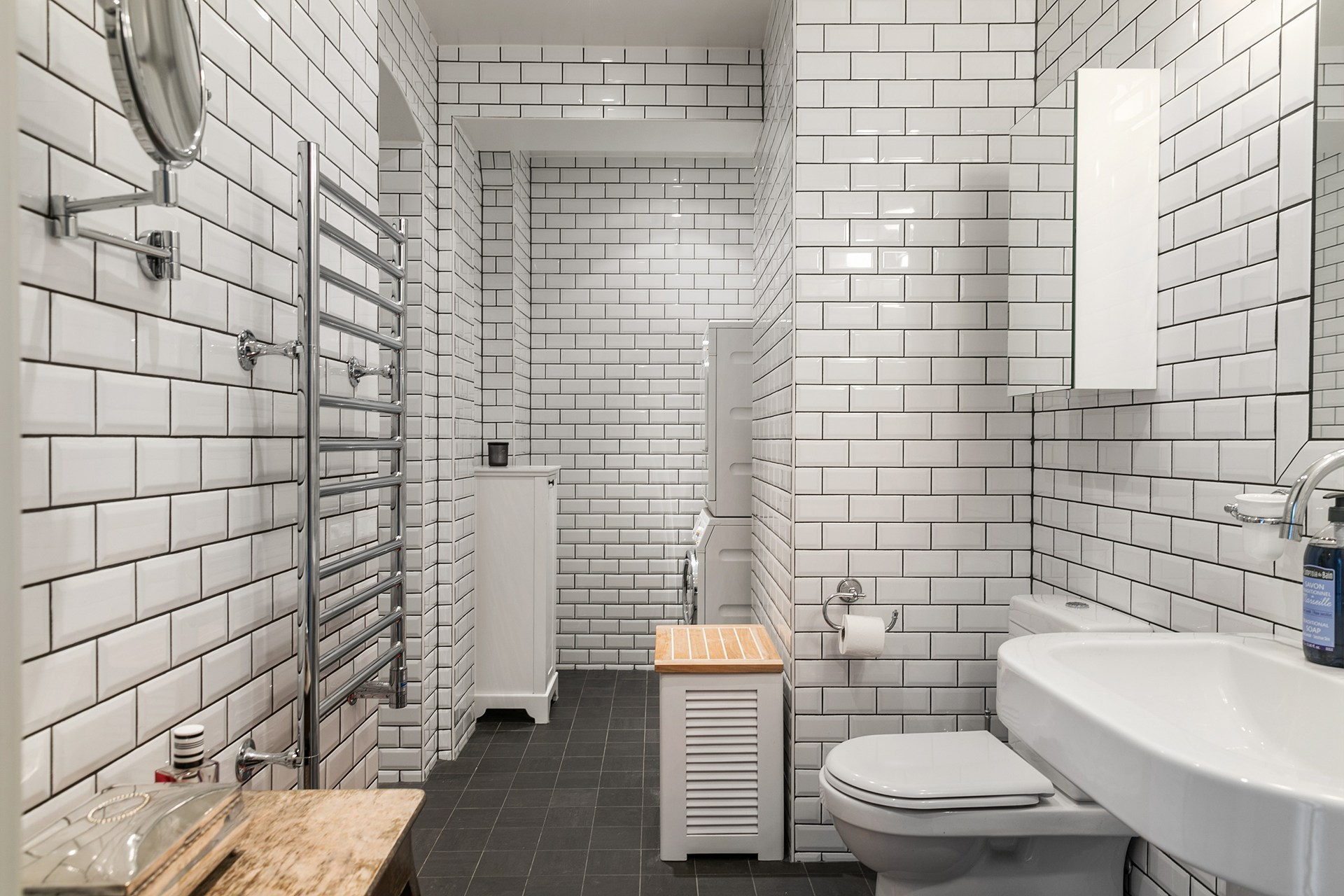 санузел душ полотенцесушитель белая плитка кабанчик