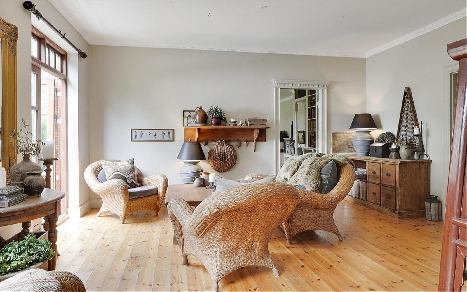 деревянный пол плетёная мебель подушки
