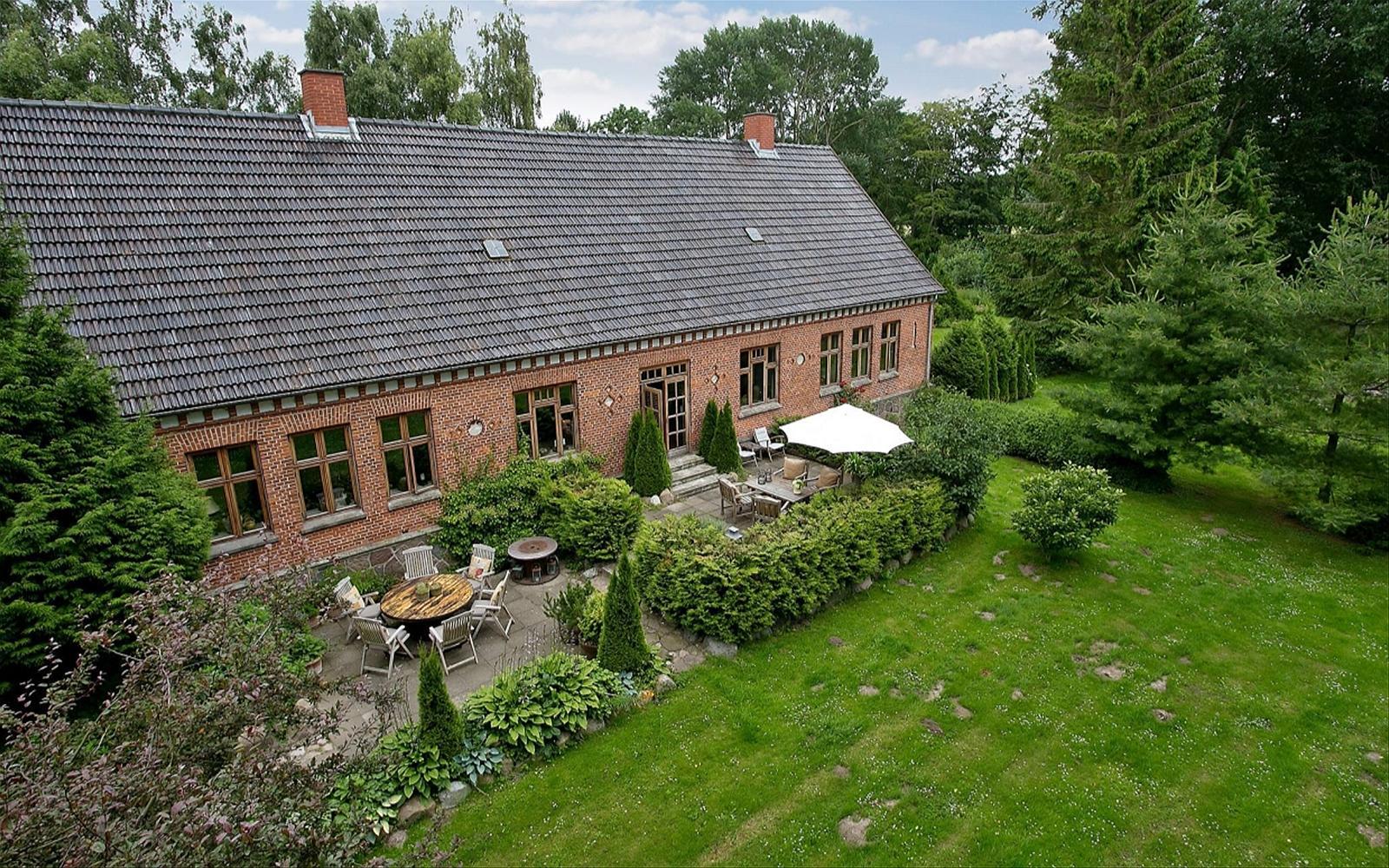 участок газон озеленение терраса дом кровля