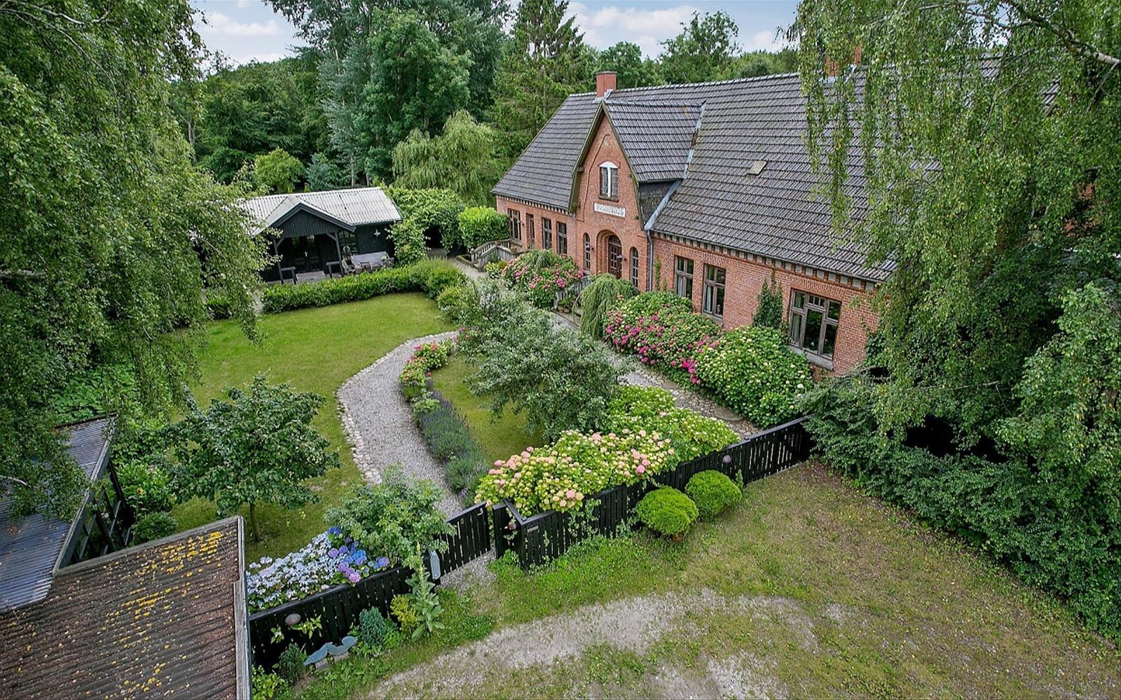 садовый участок газон дорожки клумбы кирпичный дом кровля хозяйственный дом