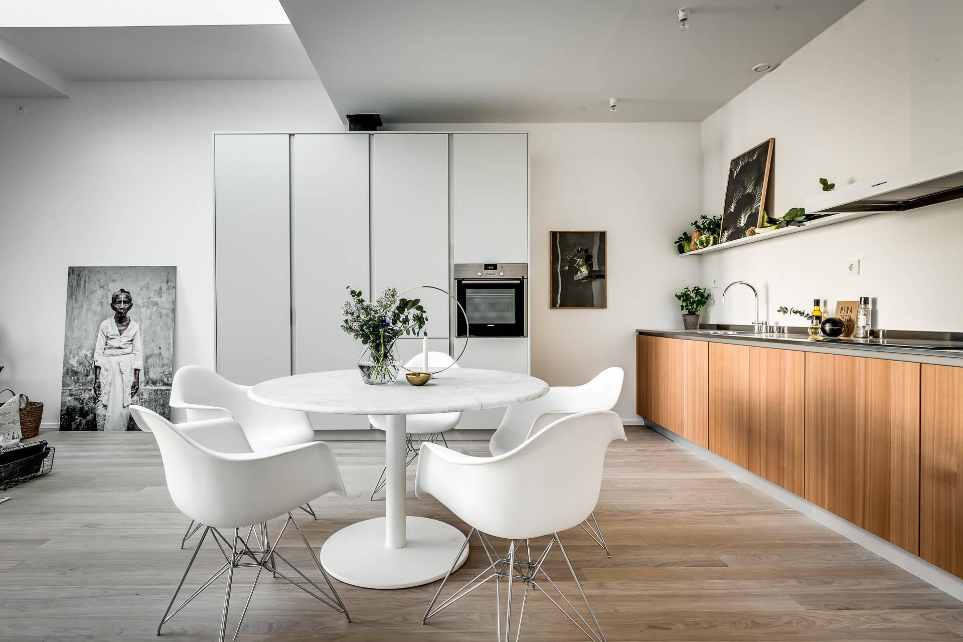 кухня кухонная мебель белые шпонированные фасады высокие шкафы стол