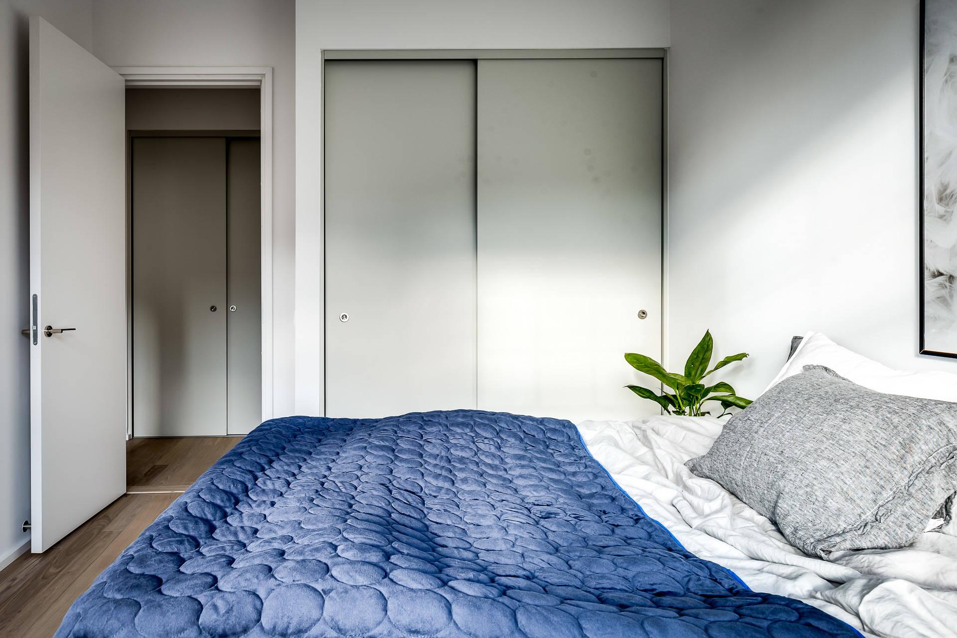 спальня кровать встроенный шкаф купе