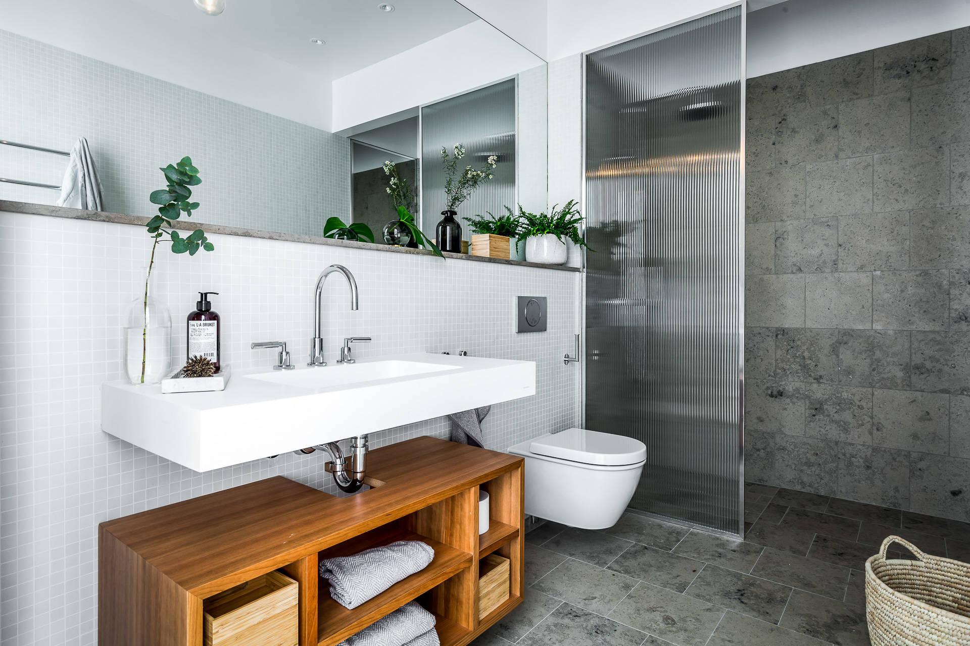 санузел душевая подвесной унитаз раковина стеллаж зеркало белая серая плитка