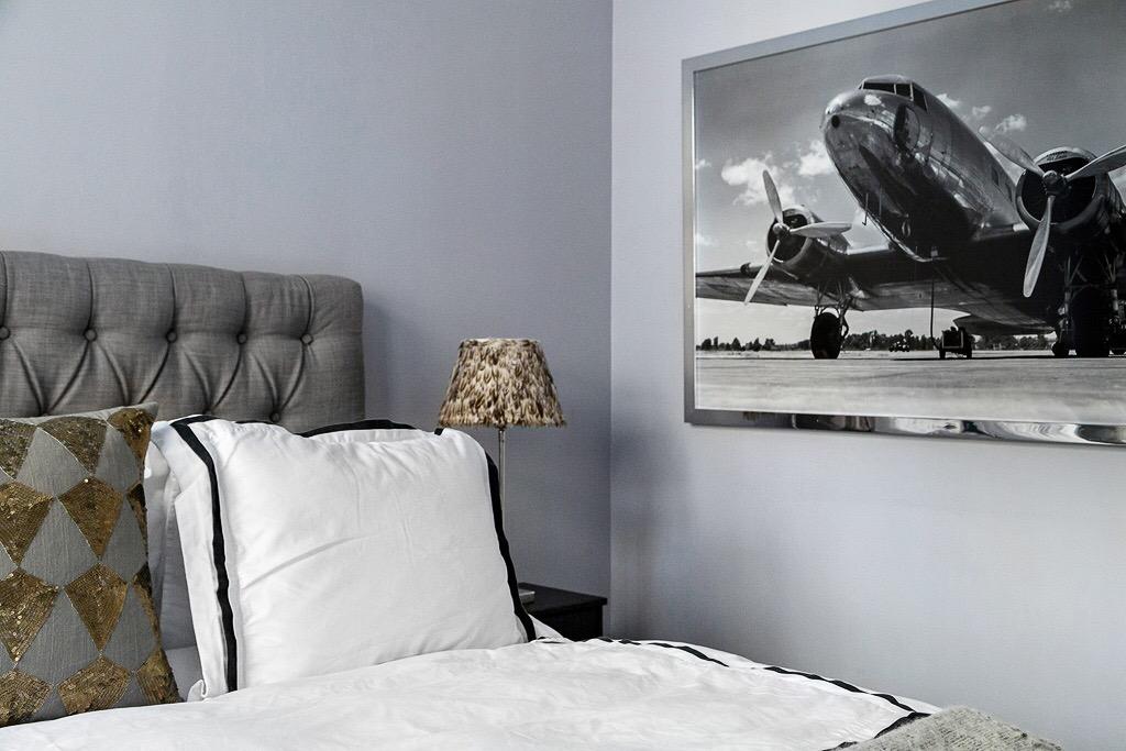 спальня кровать изголовье с утяжками текстиль картина постер абажур перья
