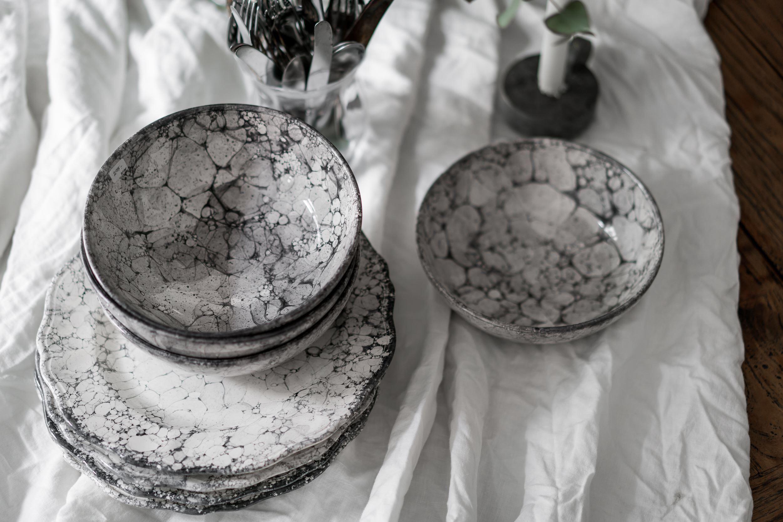 столовая посуда скатерть тарелки миски