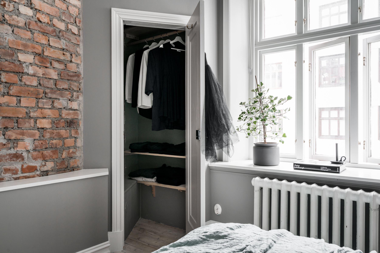 комната стена кирпичная кладка ниша дверь гардеробная окно