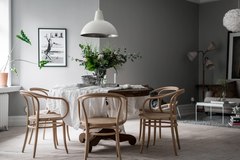 обеденный стол скатерть ваза цветы стулья