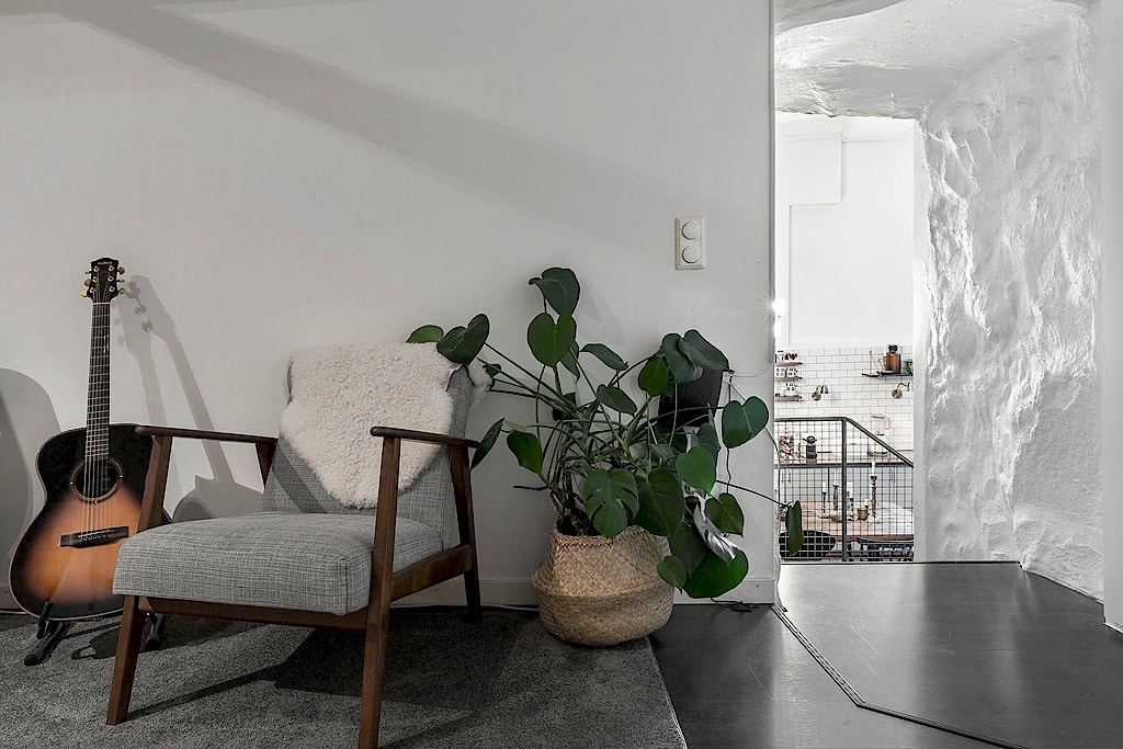 коридор спальня каменная стена кресло гитара цветок кашпо