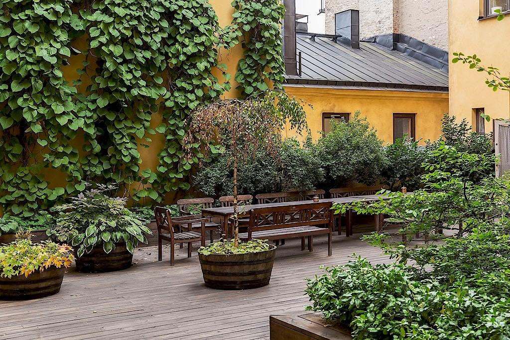 городской двор зона отдыха уличная мебель деревянный настил