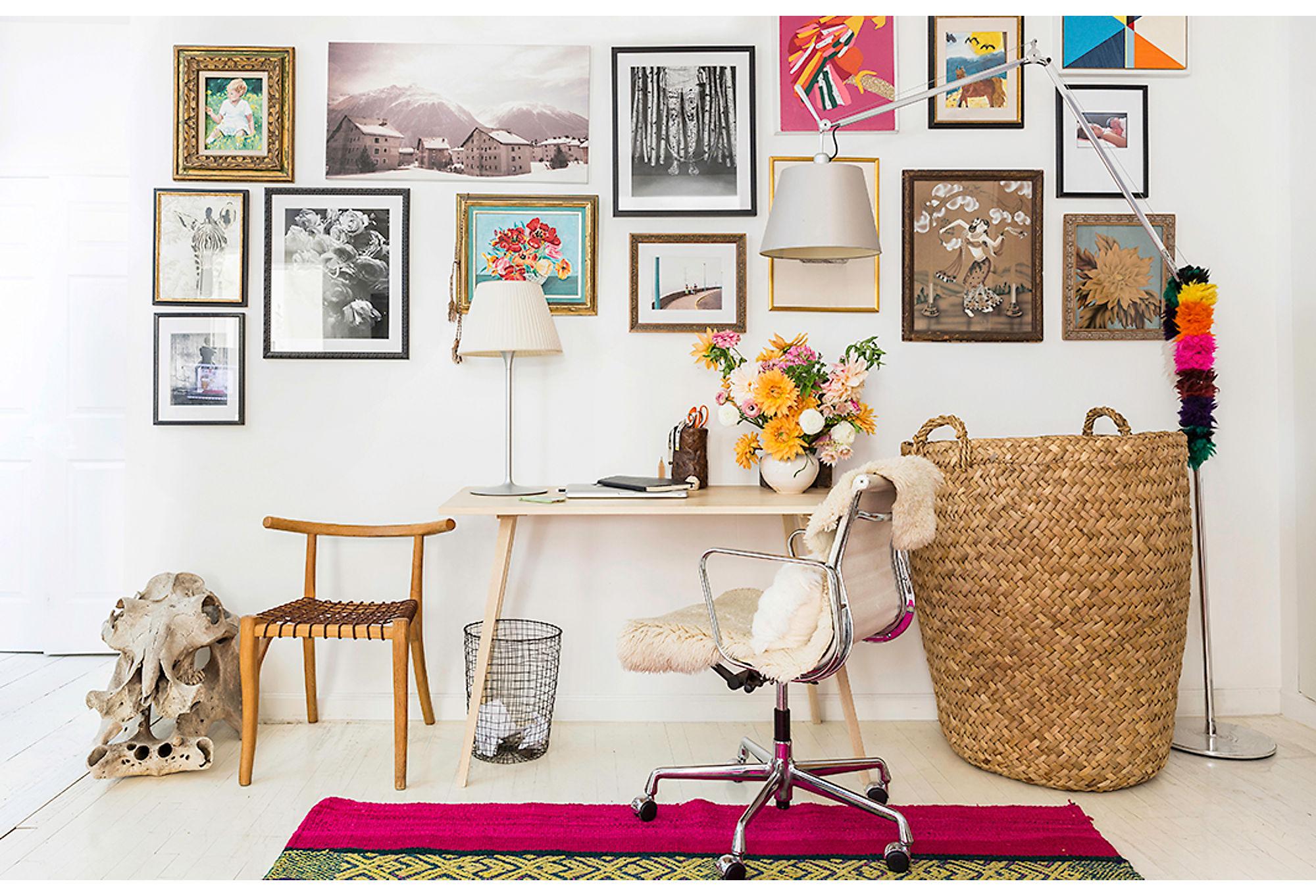 стена картины постеры рабочий стол кресло корзина