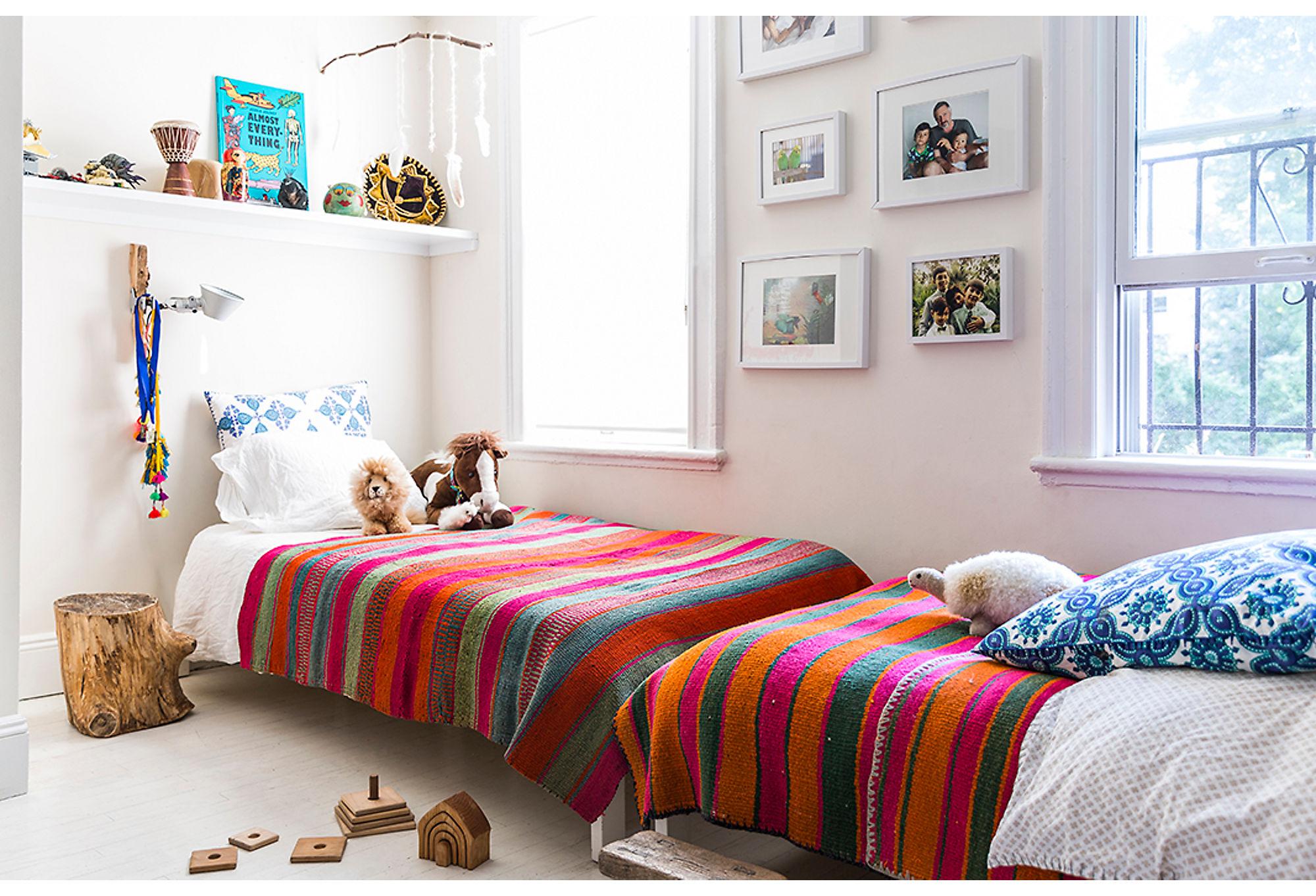 детская спальня кровать текстиль окно наличники