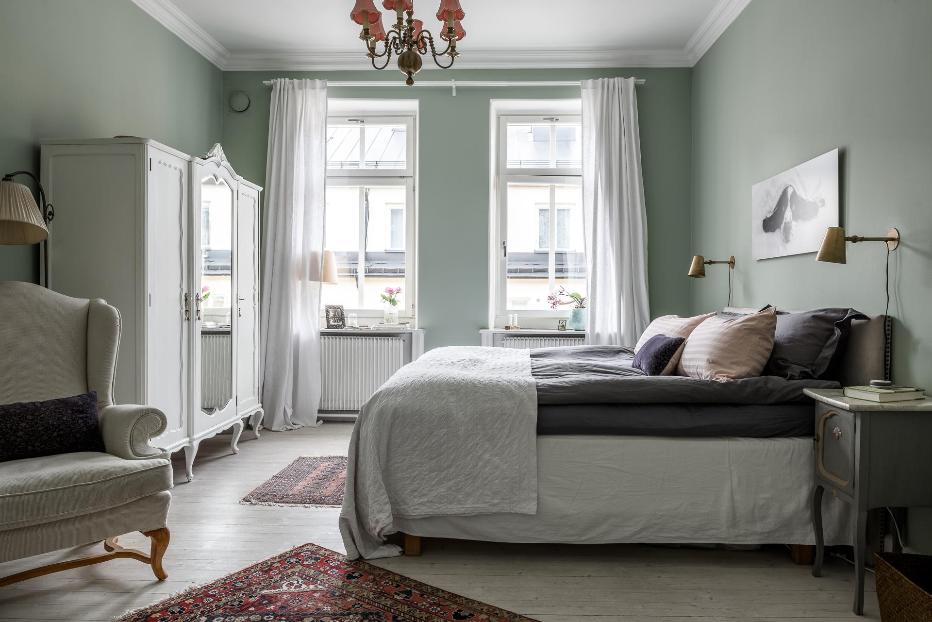 спальня кровать платяной шкаф прикроватные тумбы светильники кресло ковер