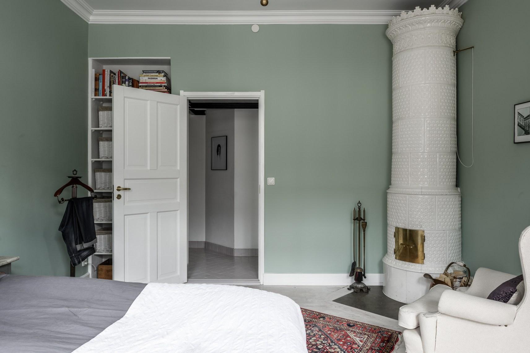 спальня дверь ниша полки книги печь потолочный карниз